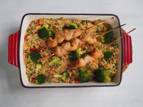Gebakken rijst met groenten en kippensaté