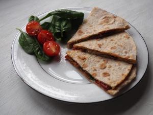 Quesadilla met spinazie, gedroogde tomaat en mozzarella
