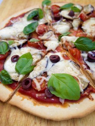 Pizza met aubergine, tomaat en mozzarella